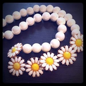 Jewelry - Statement necklace daisies